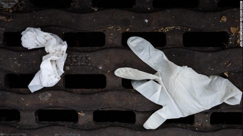 Những chiếc găng tay y tế được vứt ngoài đường.