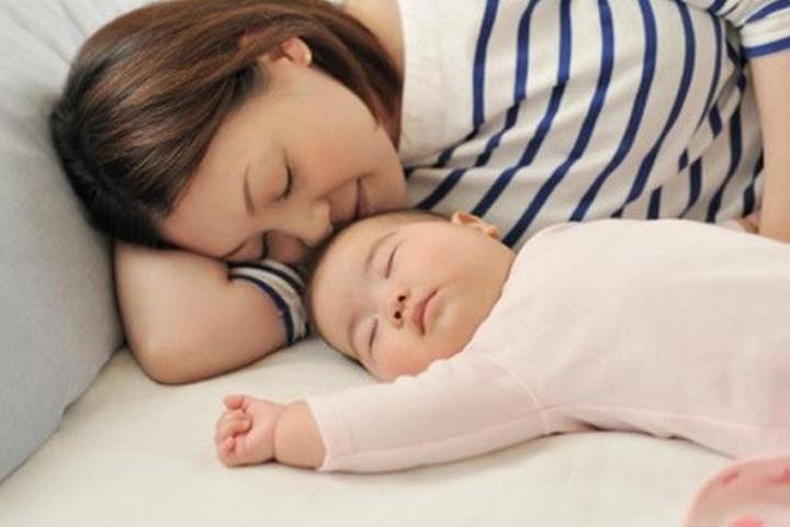 Vợ điềm nhiên ôm con nằm ngủ trong khi tôi đau đớn vật vã cả đêm ngay bên cạnh. Ảnh minh hoạ