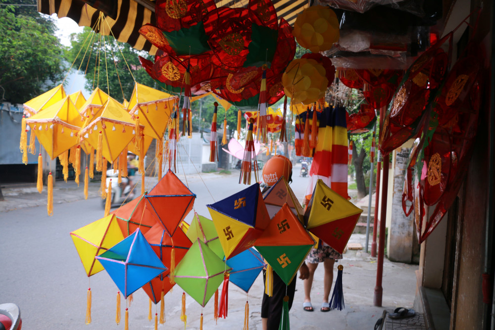 Ở xứ sở Thiền môn vào thời điểm này năm trước, dọc hai bờ sông Hương mọi người vẫn luôn nhìn thấy ảnh các mẹ, các chị  gánh lồng đèn Phật đản tung tăng giữa phố. Năm nay cận kề ngày lễ Phật đản đang cận kề mà các tuyến phố lồng đèn ở cố đô Huế vẫn heo hút người đến mua