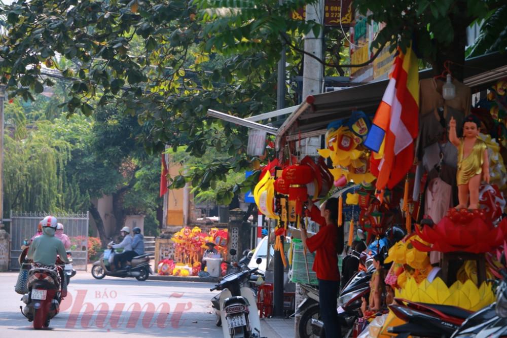 Theo quan sát của phóng viên Báo Phụ Nữ. TP.HCM  suốt dọc phố lòng đèn đường Sư Liễu Quán dọc trước chùa Từ Đàm đến trước cửa Nhà thờ cụ Phan Bội Châu ở Bến Ngự