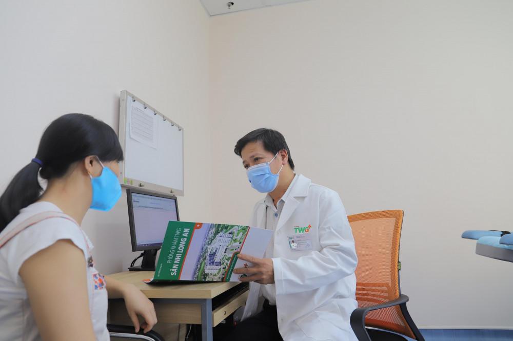Bác sĩ CKII Văn Phụng Thống đang tư vấn cho một thai phụ đến khám thai tại phòng khám. Ảnh do TW Groupcung cấp.
