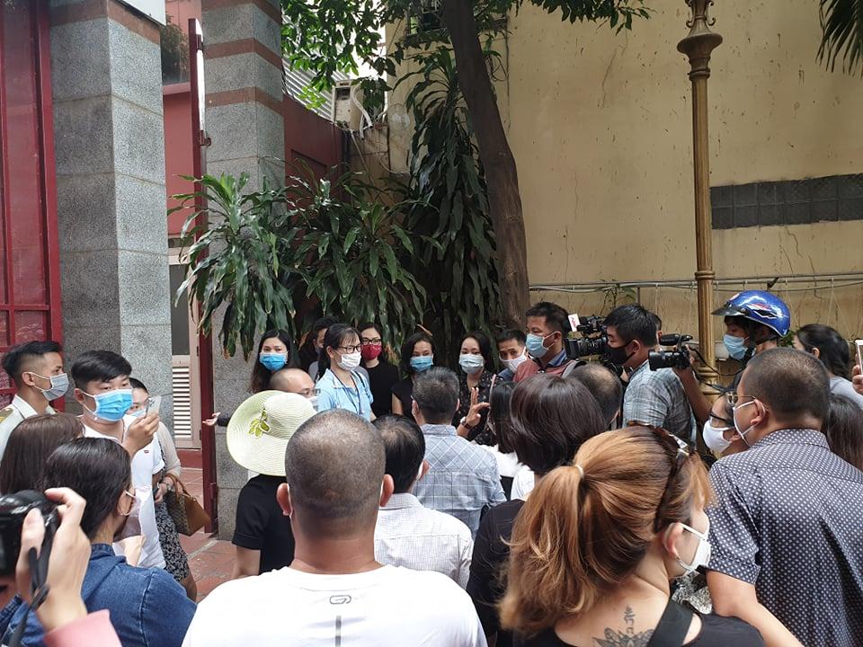 Hàng trăm phụ huynh kéo đến trường từ sáng sớm để mong được đối thoại với nhà trường