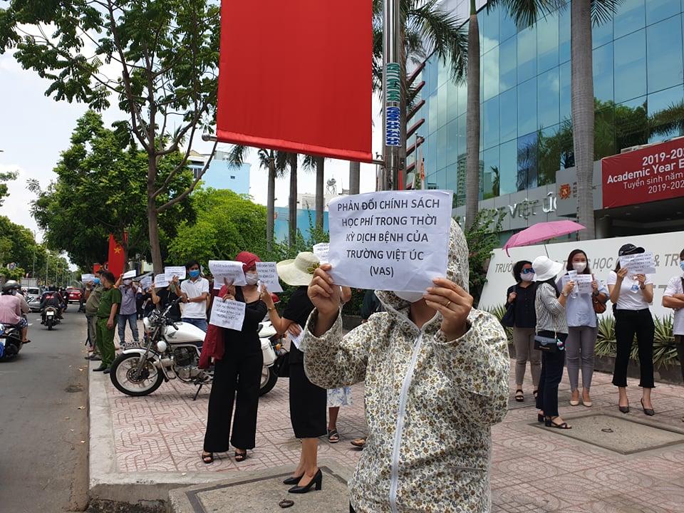 Sau khi không gặp được nhà trường, nhiều phụ huynh tiếp tục ra cổng giơ bảng phản đối