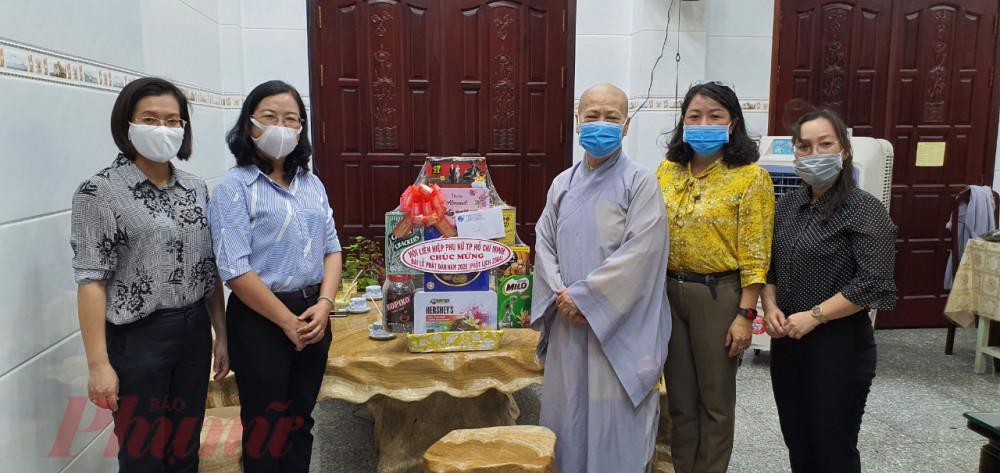 Bà Đỗ Thị Chánh đến thăm và chúc mừng Lễ Phật Đản tại chùa Bồ Đề Lan Nhã, quận 6