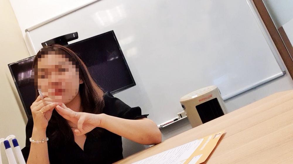 """Nhân viên tên An đang """"vẽ"""" con đường du học tại châu Âu rất dễ dàng với sinh viên"""