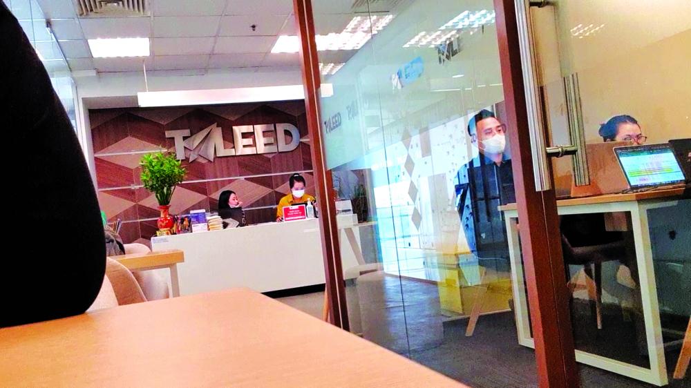 Có khá nhiều sinh viên đến Công ty TALEED nghe tư vấn du học, mỗi ngườ i được đưa vào phòng riêng