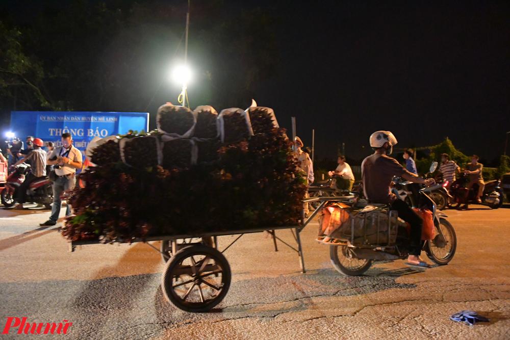 Một số tiểu thương buôn hoa của Hạ Lôi đã bắt đầu chở hàng ra chợ.