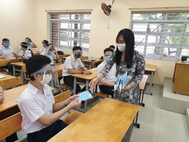 Tấm chắn giọt bắn được sử dụng tại Trường THPT Trần Quang Khải - Ảnh: Báo Pháp luật TP.HCM)