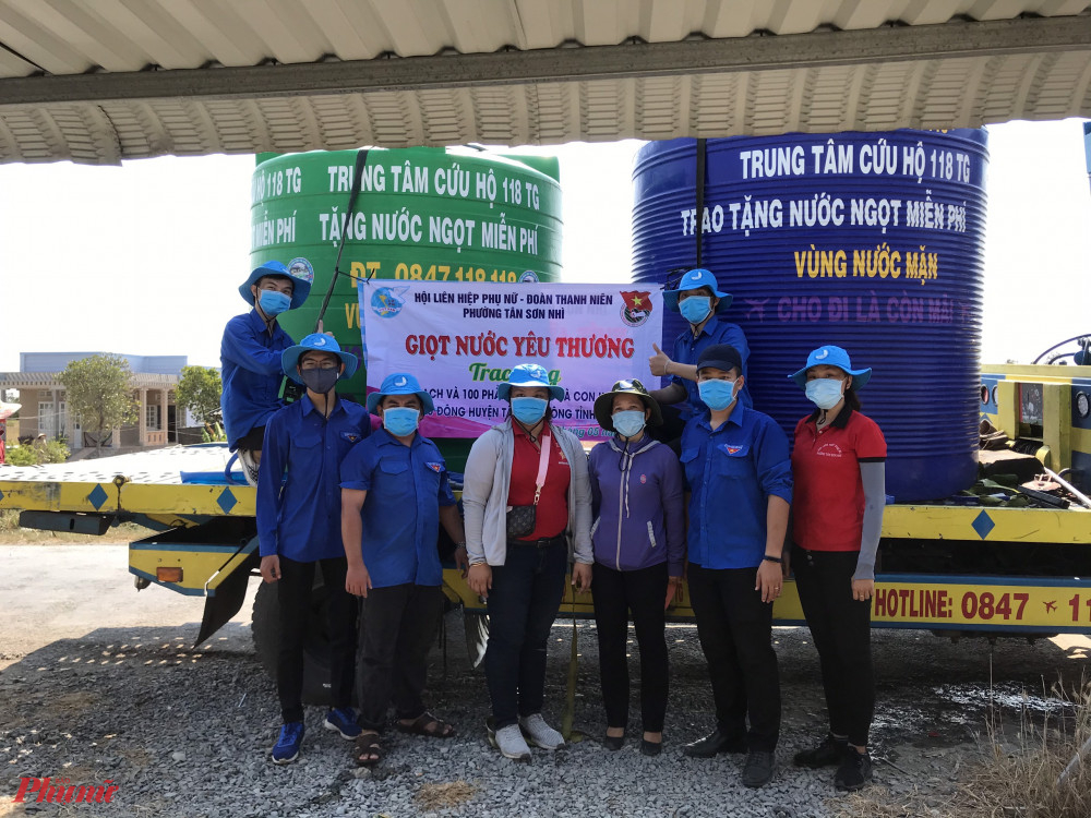 Hội LHPN phường Tân Sơn Nhì chở nước sạch về cho người dân các xã bị hạn mặn của huyện Tân Phú Đông, tỉnh Tiền Giang