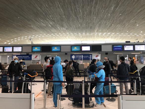Công dân Việt Nam làm thủ tục tại sân bay Paris