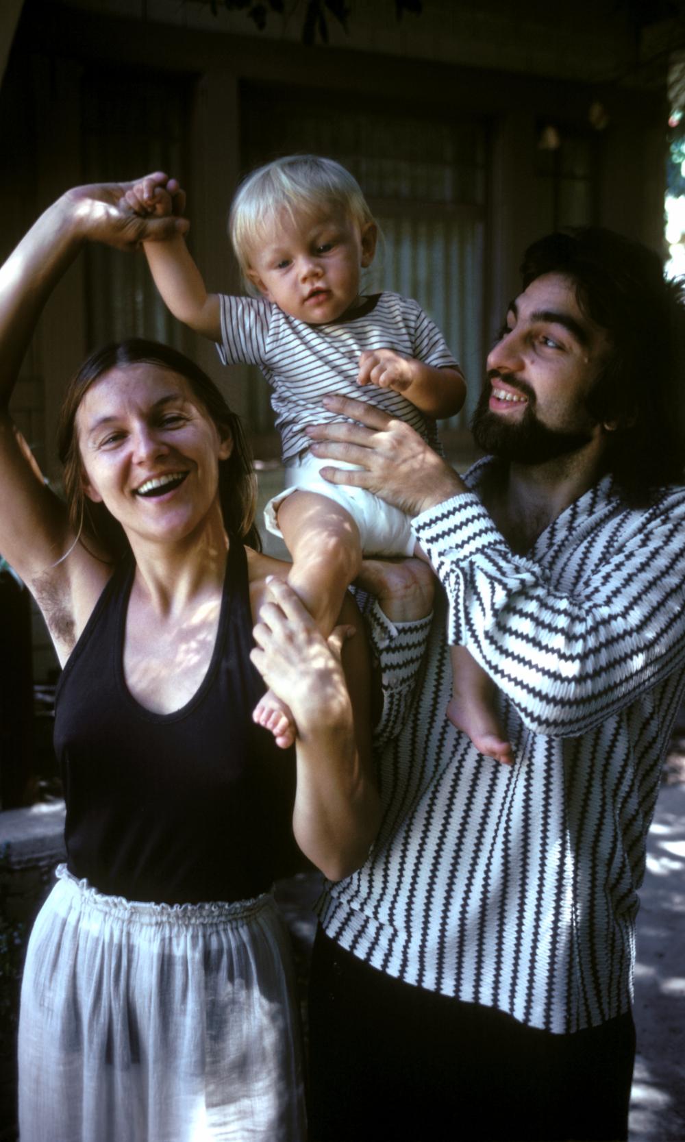 Leonardo DiCaprio bên bố mẹ ngày còn thơ bé.