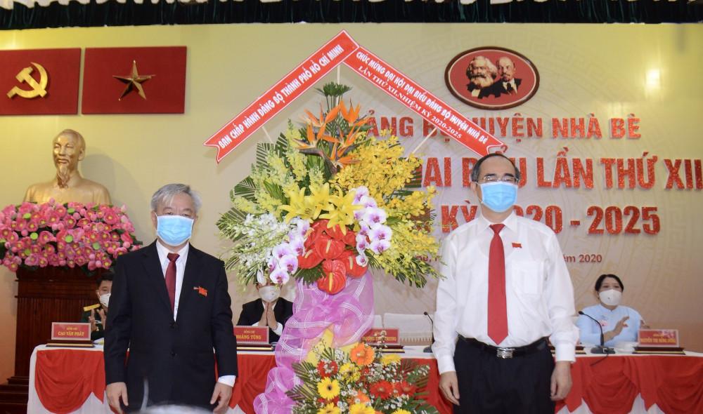 Ủy viên Bộ Chính trị, Bí thư Thành ủy TPHCM Nguyễn Thiện Nhân tặng hoa chúc mừng đại hội