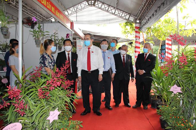 Bí thư Thành ủy TP HCM Nguyễn Thiện Nhân cùng lãnh đạo thành phố, lãnh đạo huyện Nhà Bè thăm quan các mô hình kinh tế của huyện Nhà Bè