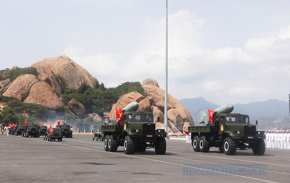 Đội hình xe chở tên lửa bờ tham gia diễu hành tại buổi Lễ kỷ niệm 60 năm ngày thành lập HQND Việt Nam