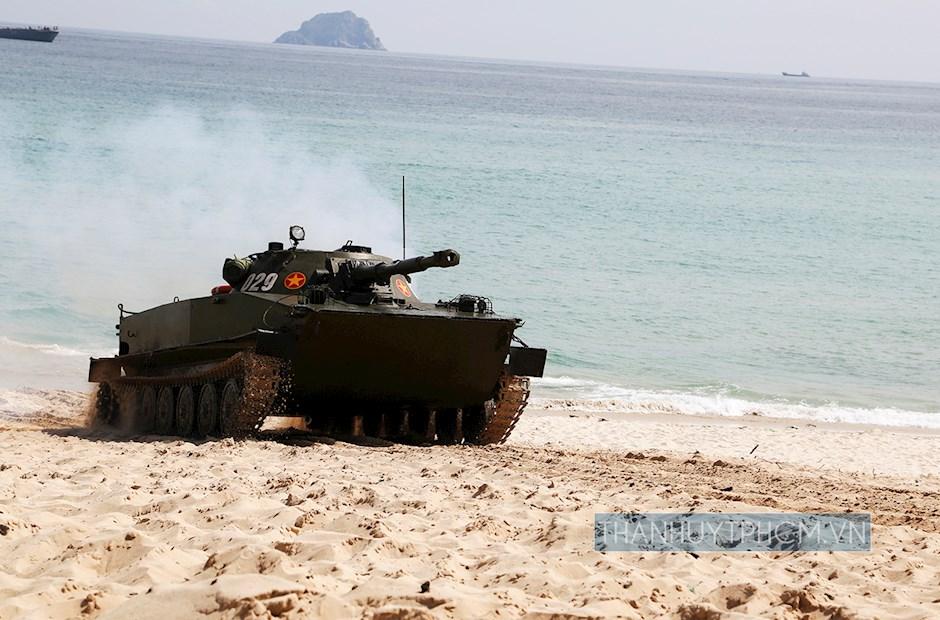 Xe tăng thuộc các đơn vị Hải quân đánh bộ huấn luyện đổ bộ chi viện đảo