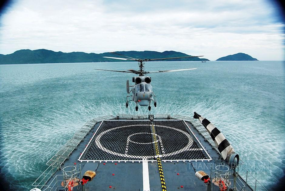 Máy bay Ka-28 huấn luyện hạ cất cánh trên Tàu mặt nước