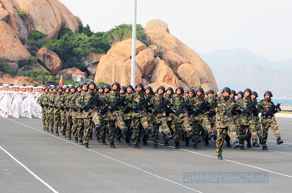 Đội hình lực lượng Hải quân đánh bộ luyện tập duyệt đội ngũ