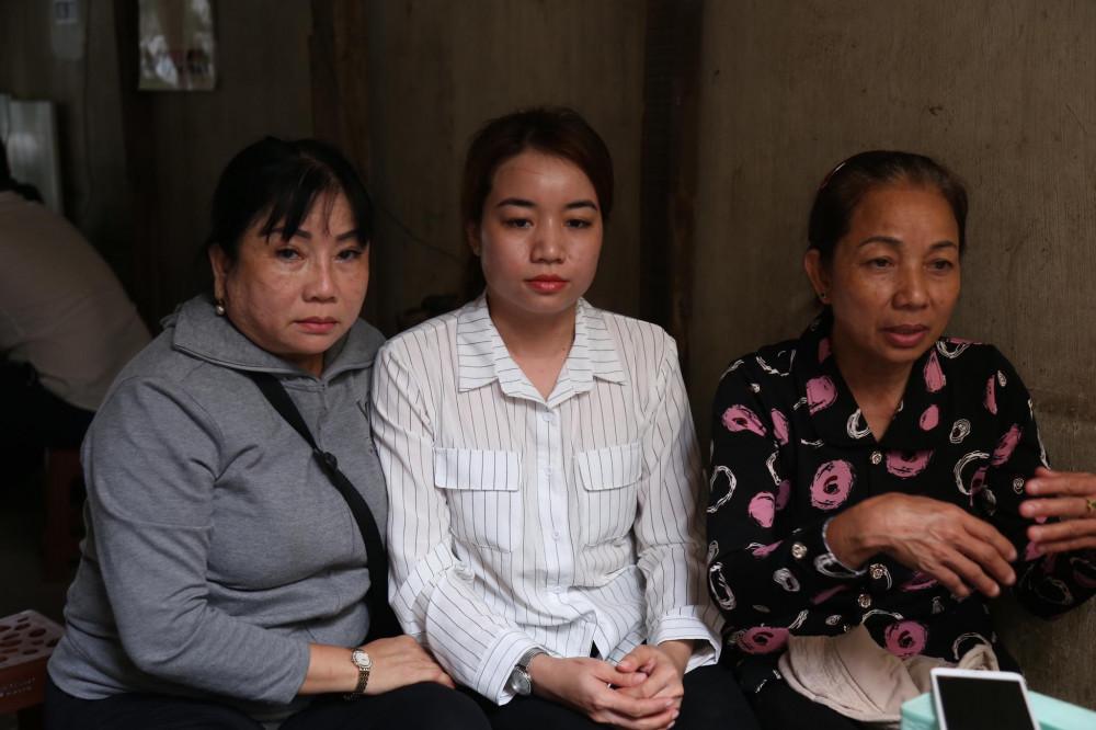 Bà Loan chờ đợi kết quả phiên tòa cùng dì và em gái của Hồ Duy Hải.