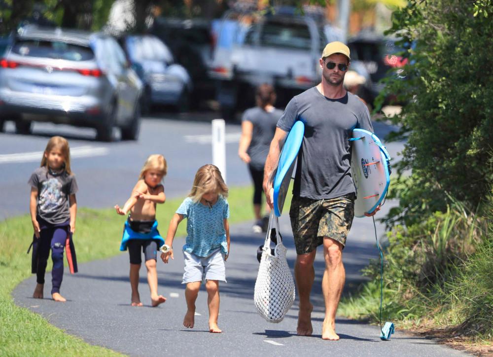 Khi có thời gian, Chris Hemsworth thường xuyên đưa các con đi biển.