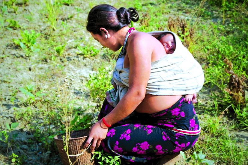 Người mẹ Bangladesh vừa làm việc vừa được ở bên con. Đi đâu và làm gì, chỉ cần có thể ở bên cạnh để con luôn trong tầm mắt mình và chăm sóc cho con thì mọi mệt nhọc đều tan biến - Ảnh: Getty Images