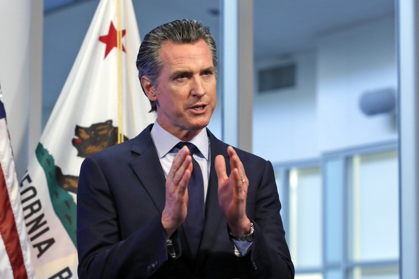 Thống đốc California Gavin Newsom giới thiệu các biện pháp cần thiết để dỡ bỏ giãn cách xã hội - Ảnh: AP