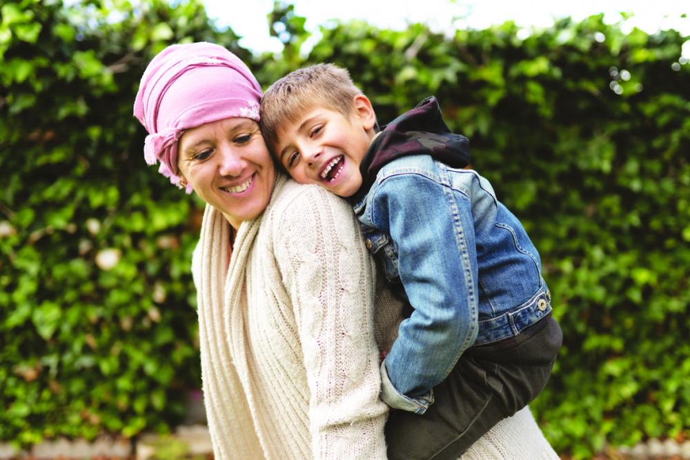 Cũng là khoảnh khắc con yêu phía sau lưng mẹ, nhưng bức ảnh này có giá trị chữa lành lớn lao đối với người mẹ đang chiến đấu với căn bệnh ung thư.  Tiếng cười của con là nguồn động viên giúp mẹ mạnh mẽ kiên cường hơn - Ảnh: Getty Images