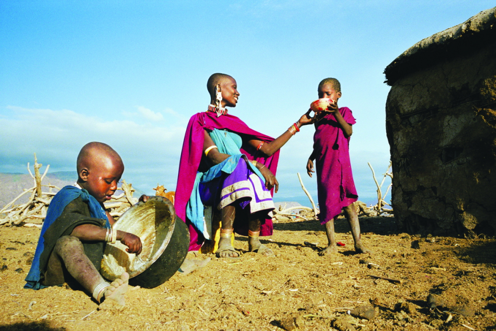 Cái đói là bóng ma ám ảnh với không ít gia đình ở quốc gia có GDP bình quân đầu người ở nhóm thấp nhất thế giới. Trong hoàn cảnh khốn khó ấy, người mẹ Tanzania vẫn vui vẻ nhường cho con dùng bữa trước mình. Trẻ con vô tư, bữa đói bữa no nhưng cảm nhận được tình yêu vô điều kiện mẹ dành cho mình -  Ảnh: Getty Images