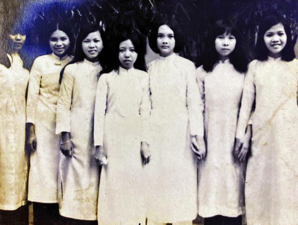 Tác giả (thứ ba từ phải qua) thời trung học ở Trường Lê Văn Duyệt (nay là Võ Thị Sáu)