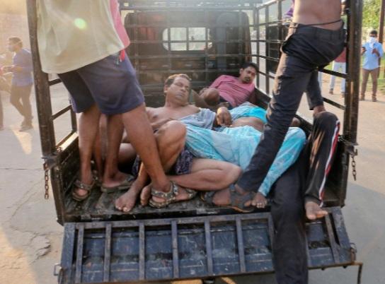 Một số người dân quanh khu vực được chuyển đến trung tâm y tế trong tình trạng choáng váng, bất tỉnh.