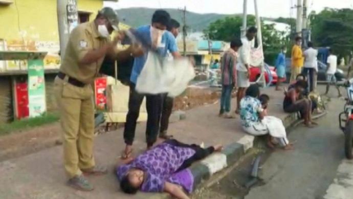 Hình ảnh từ video tại hiện trường cho thấy nhiều người nằm ngất trên đường do khí độc.