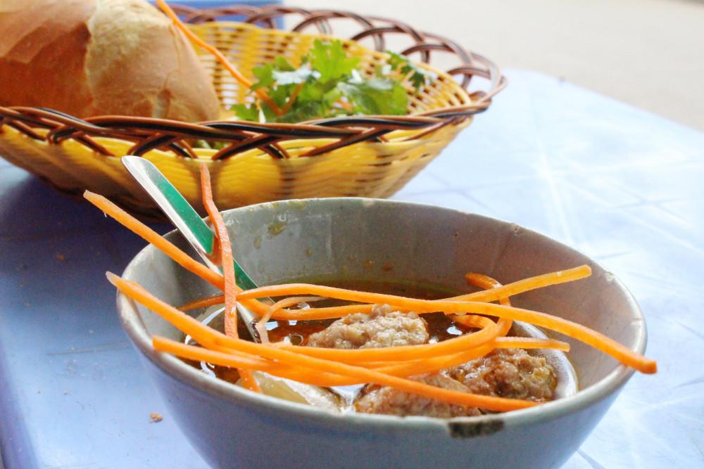 Bánh mì xíu mại Đà Lạt có vị thơm ngọt của thịt, sần sật của da heo... Ảnh: Huỳnh Hằng