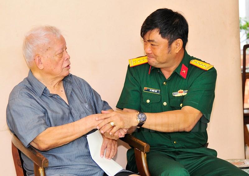 Đại tá Lê Xuân Thế thăm Trung tướng Lê Nam Phong, nguyên Đại đội trưởng Đại đội 225 tham gia chiến dịch Điện Biên Phủ