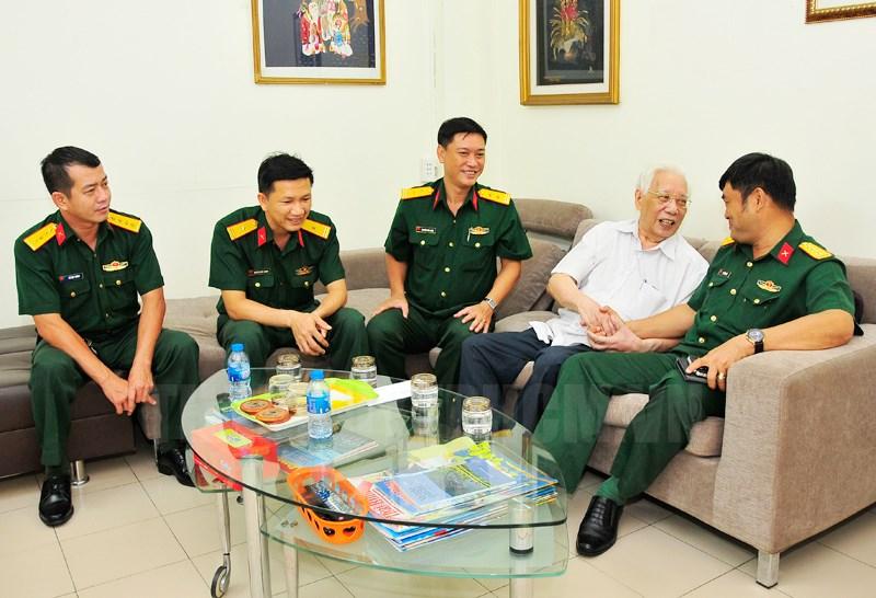 Đoàn đến thăm Trung tướng Nguyễn Văn Thái, cựu chiến binh tham gia chiến dịch Điện Biên Phủ.