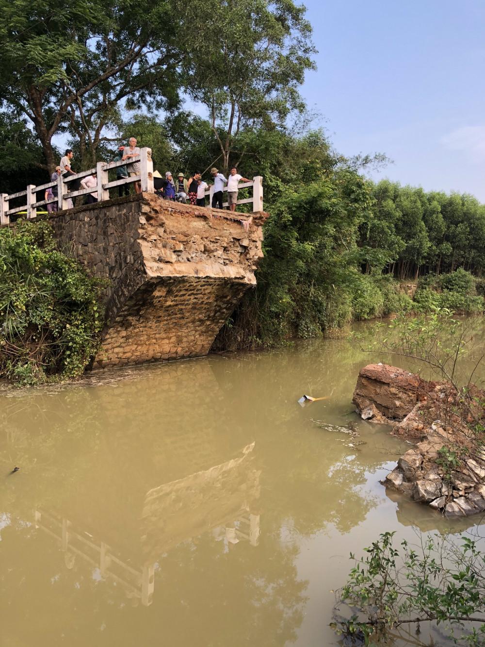 Cây cầu Kênh bị sập khiến cuộc sống của 178 hộ dân thôn Tân Định gặp nhiều khó khăn
