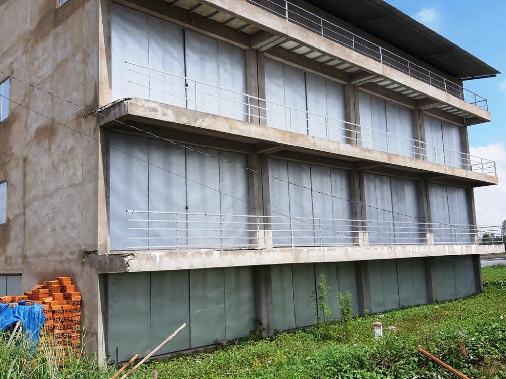 Căn nhà bề thế có đến 3 tầng nhưng không có cầu thang lên xuống