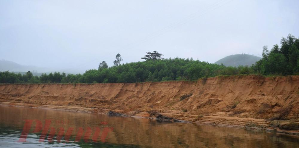 Một đoạn sông Bồ sạt lở ăn sau vào đất liền do sa tặc lộng hành hút trộm cát