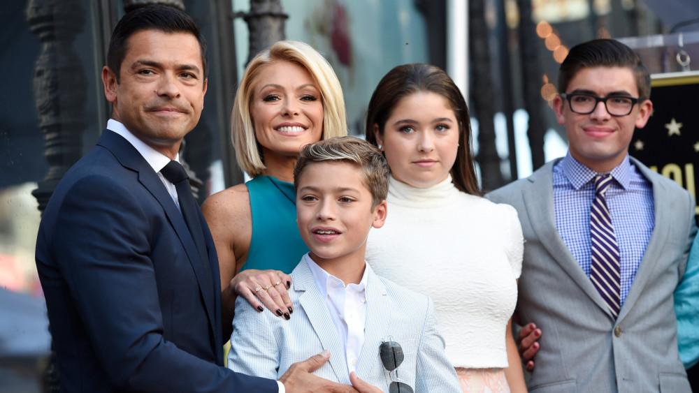 Cặp vợ chồng diễn viên và 3 con tại một sự kiện điện ảnh.