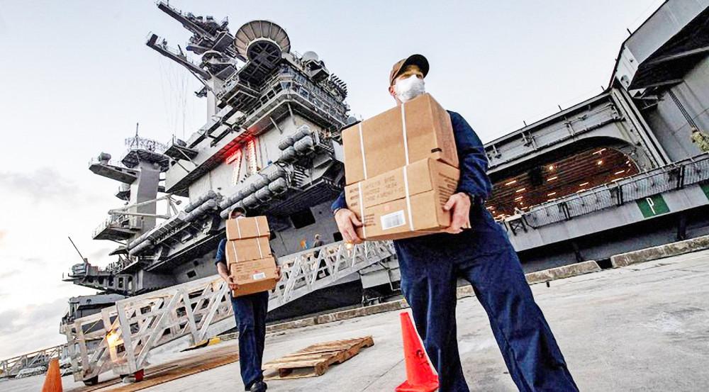 Tàu sân bay USS Theodore Roosevelt đang nằm yên tại đảo Guam do dịch bệnh COVID-19 - Ảnh: Reuters