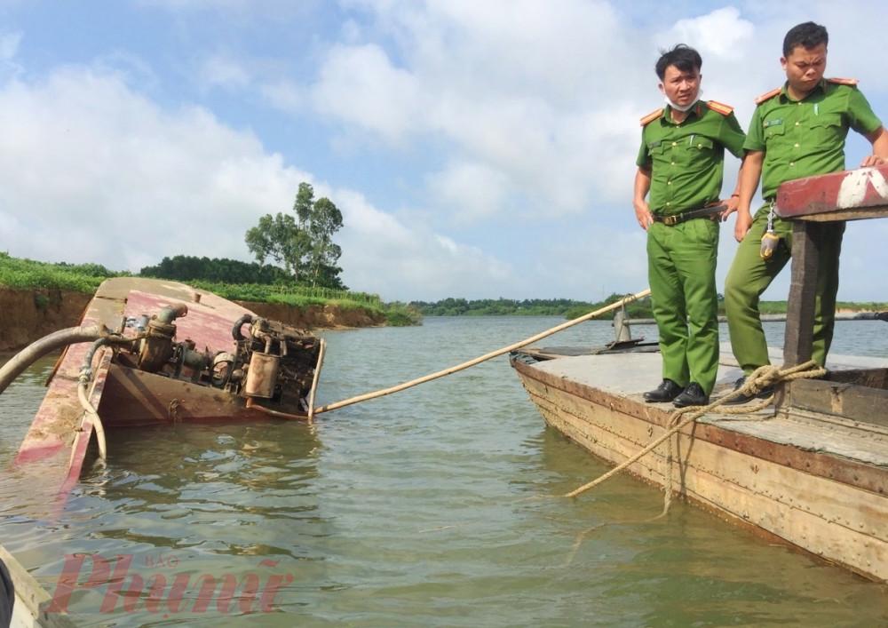 Lực lượng công an đến hiện trường kiểm tra vụ trục vớt sà lan do sa  tặc bỏ trốn