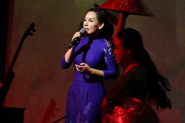 Ca sĩ Phi Nhung được nhạc sĩ Vũ Đức Sao Biển hỗ trợ trong những năm đầu xây dựng tên tuổi