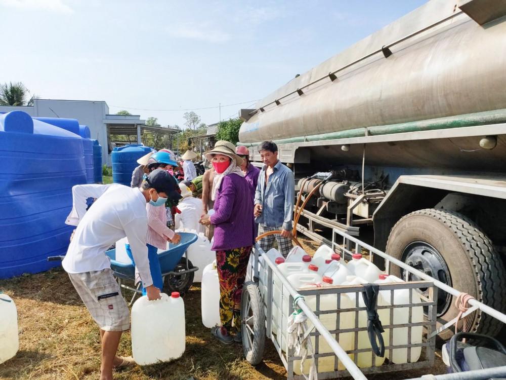 Niềm vui của người dân khi nhận bồn chứa nước