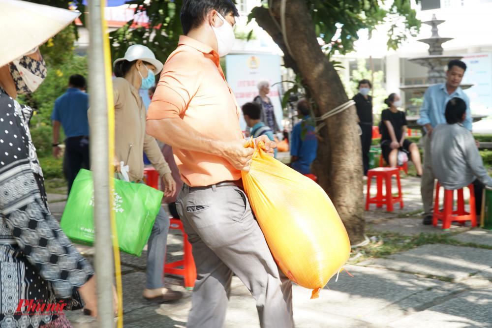 Nhiều người dân không mang được quà về đã được cán bộ phường giúp đỡ