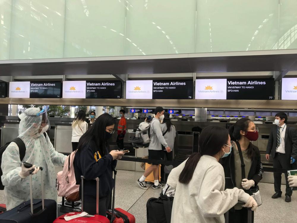 Trong sân bay chỉ có các quầy làm thủ tục của Vietnam Airlines hoạt động.
