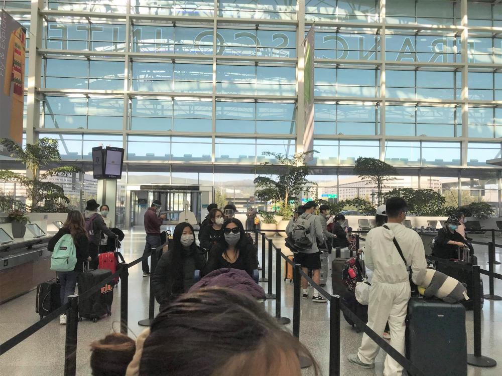 Công dân Việt Nam bắt đầu di chuyển vào sân bay vào tối ngày 7/5 (giờ Việt Nam).
