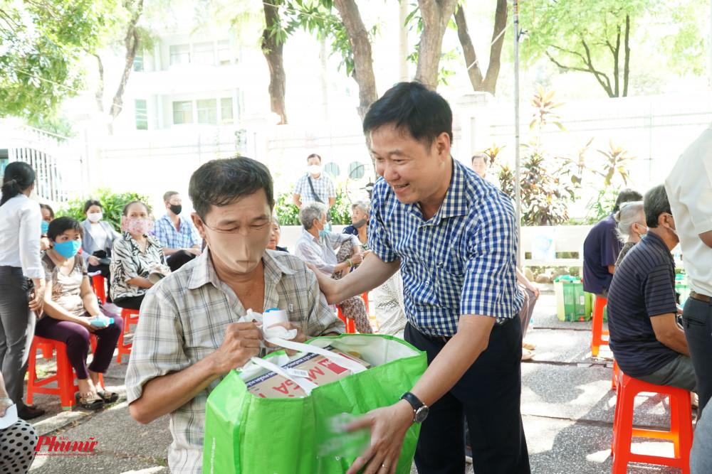 Ông Lê Tấn Tài - Chủ tịch Ủy ban MTTQ Việt Nam quận 5 - ân cần trao quà cho người khó khăn do ảnh hưởng dịch bệnh COIVD-19