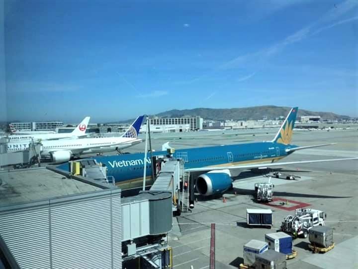 Máy bay di chuyển vào khu vực lồng đón khách.