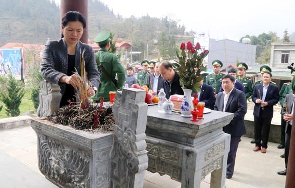 Chủ tịch Hội LHPN Việt Nam dâng hương tại Đài tưởng niệm các anh hùng liệt sỹ Đồn Biên phòng Pha Long. Ảnh: Báo Lào Cai