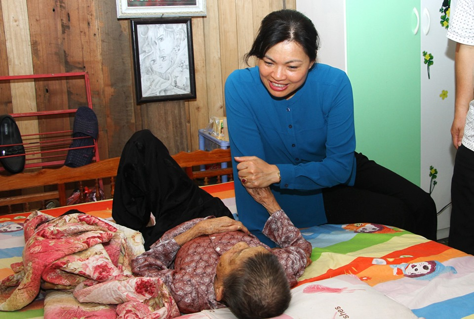 Bà Hà Thị Nga thăm hỏi người dân có hoàn cảnh khó khăn