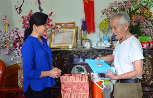 Bà Hà Thị Nga thăm, tặng quà cho thương binh Trần Tân Dân, phường Nam Cường, thành phố Lào Cai