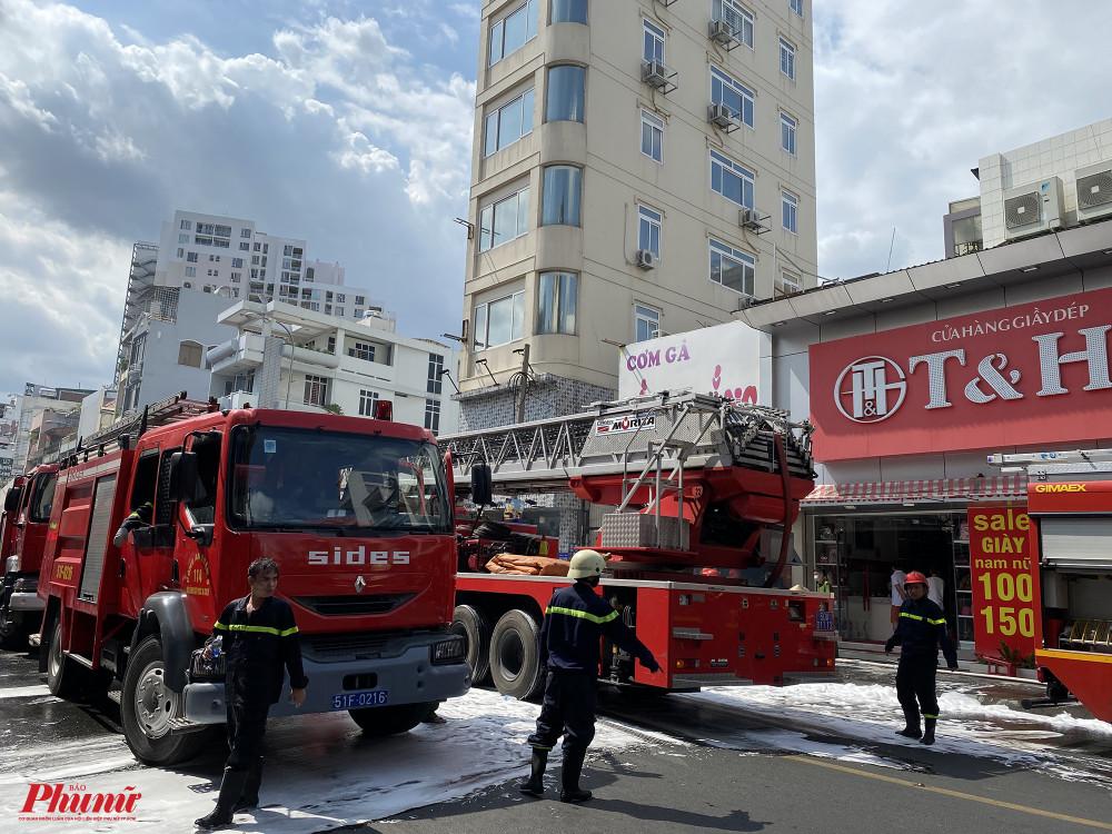 Các xe cứu hoả được điều động đến hiện trường để dập tắt đám cháy